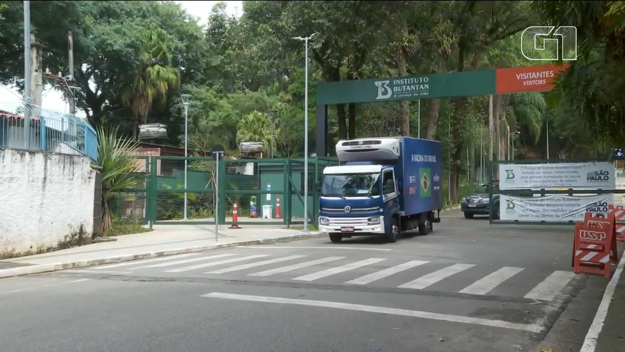 VÍDEO: Caminhão com doses da vacina CoronaVac deixa Instituto Butantan