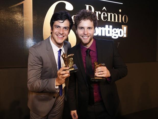 Mateus Solano e Thiago Fragoso em prêmio no Rio (Foto: Felipe Panfili, Felipe Assumpção e Léo Marinho/ Ag. News)