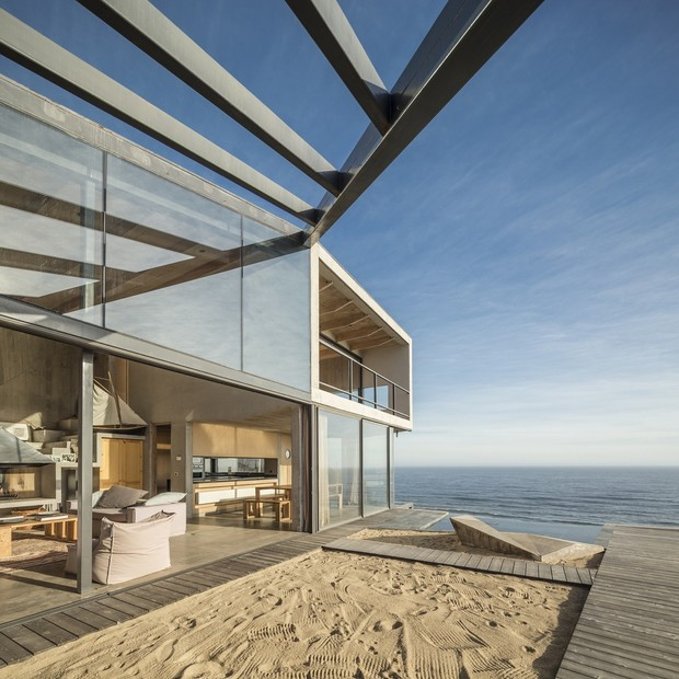 Décor do dia: área externa tem praia artificial e vista para o oceano
