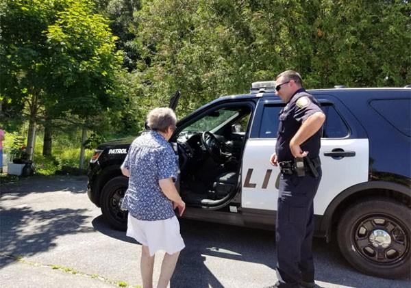 Idosa é fã da série 'Cops' (Foto: Reprodução/Facebook)