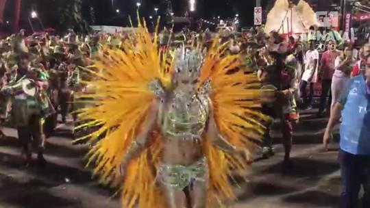 Grazi Massafera mostra samba no pé no Setor 1 na Sapucaí