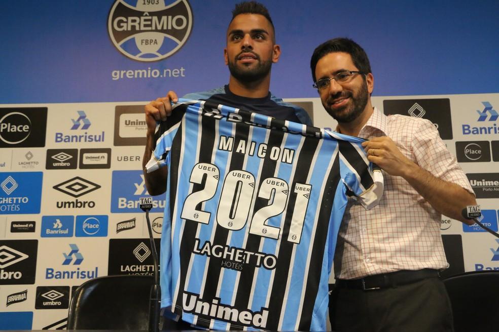... Maicon vibra com renovação de contrato com o Grêmio — Foto  Eduardo  Deconto 531fcb705ab99