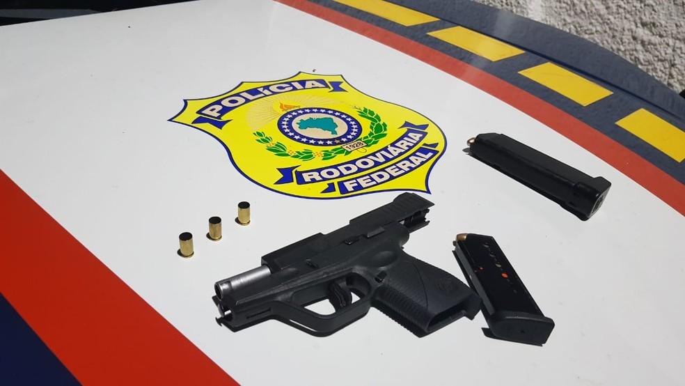 Arma e munições foram apreendidas pela PRF dentro do carro — Foto: PRF/Divulgação