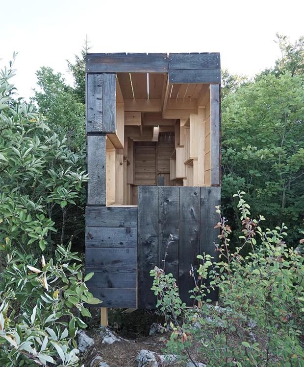 A cabana possui duas entradas secretas: uma na parte de trás e outra na frente, abaixo da janela (Foto: Designboom/ Reprodução)