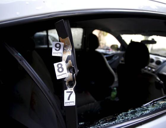 Perícia é feita no carro da vereadora Marielle Franco. Ela e o motorista Anderson Gomes foram morto a tiros quando saiam de um evento no centro do Rio (Foto: Pablo Jacob / Agencia O Globo)