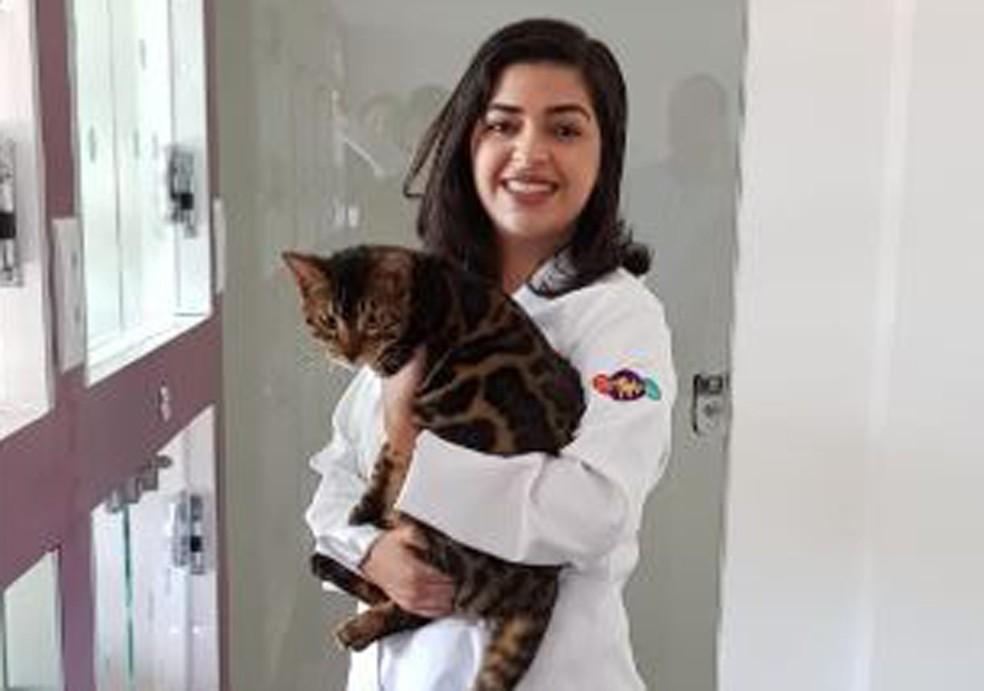 Stephanie Botelho e um de seus clientes, no gatil onde atende, em Belo Horizonte — Foto: Fernando Zuba/TV Globo