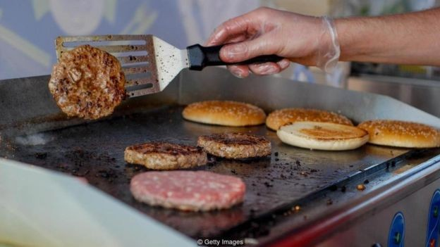 Equipados com vários sensores, robôs são mais precisos do que chefs humanos para julgar se hambúrguer foi devidamente cozido (Foto: Getty Images via BBC News Brasil)