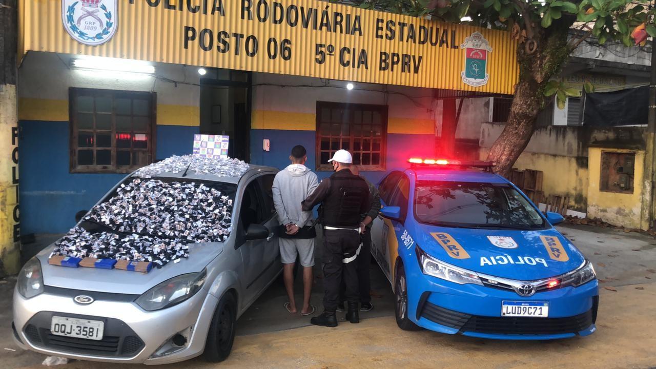Dois homens e uma mulher são presos na Via Lagos transportando drogas de São Gonçalo para Cabo Frio, no RJ