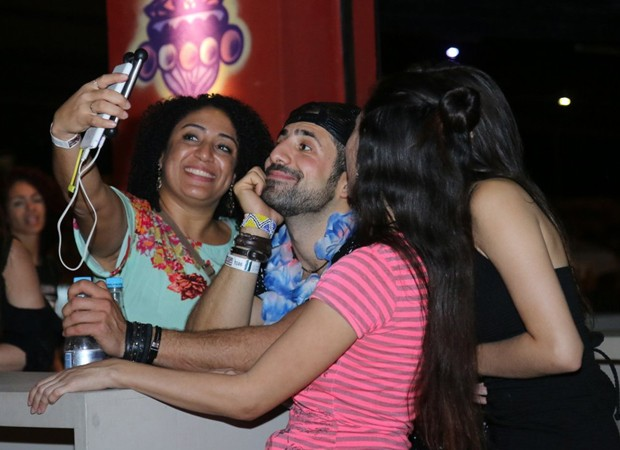 Kaysar posa para selfies com fãs (Foto: Daniel Pinheiro/AgNews)
