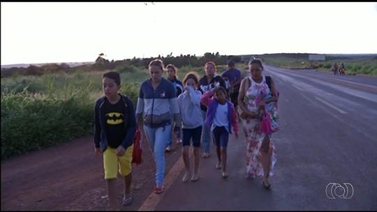 Sem transporte escolar, alunos do ensino fundamental caminham mais de 3km para estudar, em Goiás