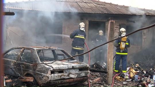 Incêndio atinge casa no Jardim Monterey, em Sarandi