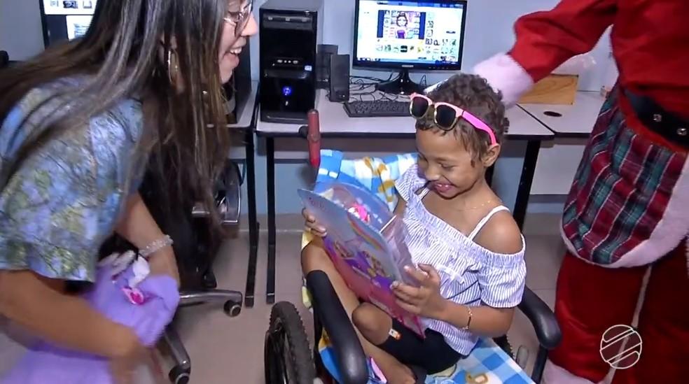 Ana Julia fez a alegria de outras crianças dividindo seus presentes de Natal  — Foto: TV Morena/Reprodução