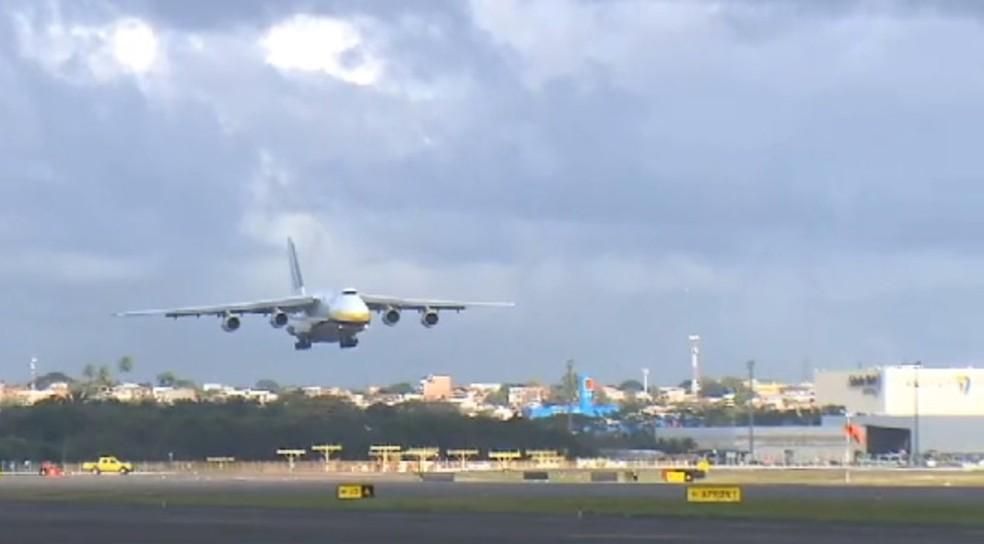 Momentos antes do segundo maior avião de carga do mundo pousar em Salvador — Foto: Reprodução/TV Bahia
