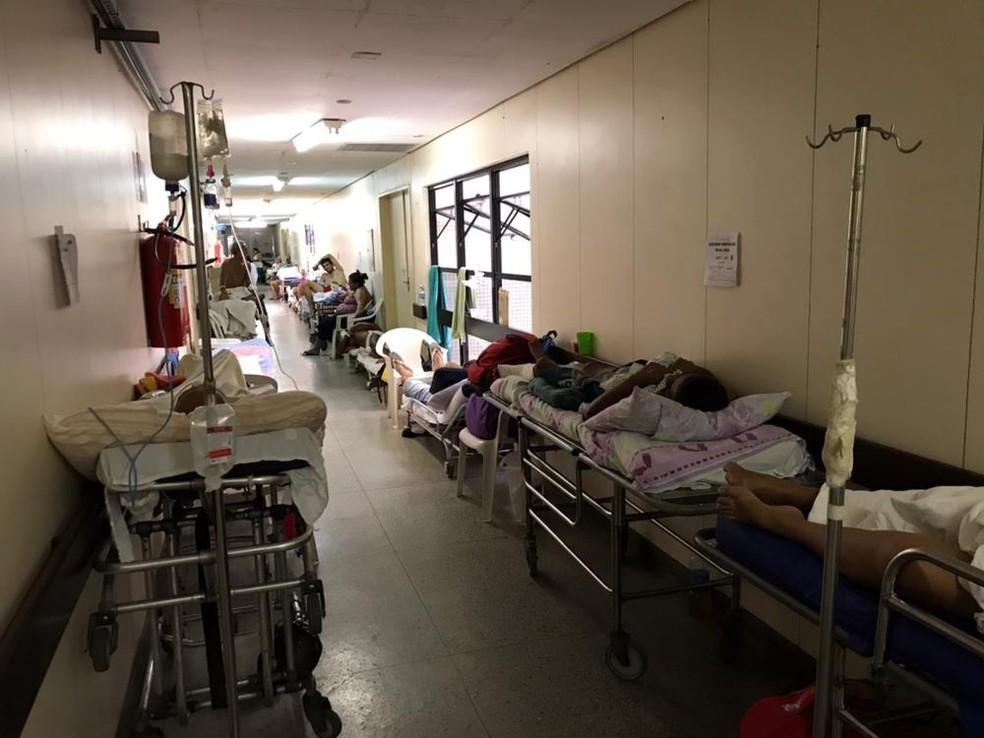 Sem enfermeiros suficientes para o atendimento, pacientes vão se acumulando nos corredores do Hospital Monsenhor Walfredo Gurgel (Foto: Ítalo Di Lucena/Inter TV Cabugi)