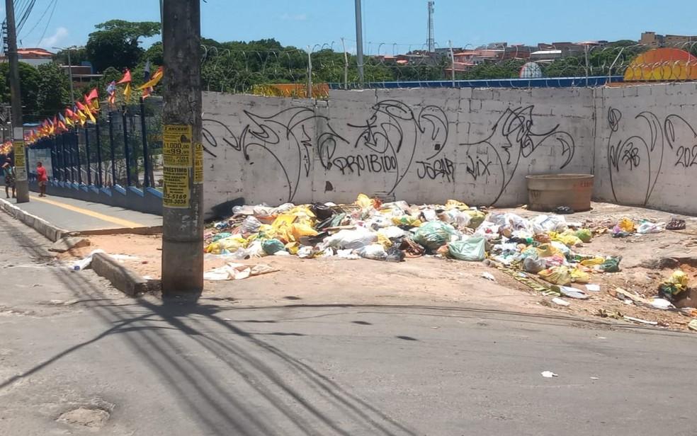 Recém-nascida é encontrada ao lado de contêiner de lixo no bairro de Mussurunga, em Salvador — Foto: Cid Vaz / TV Bahia