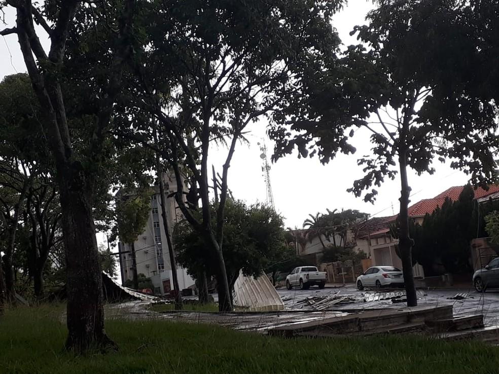 Parte do telhado da igreja matriz de Lucélia foi levada pela ventania — Foto: Waldir Paiva/Cedida