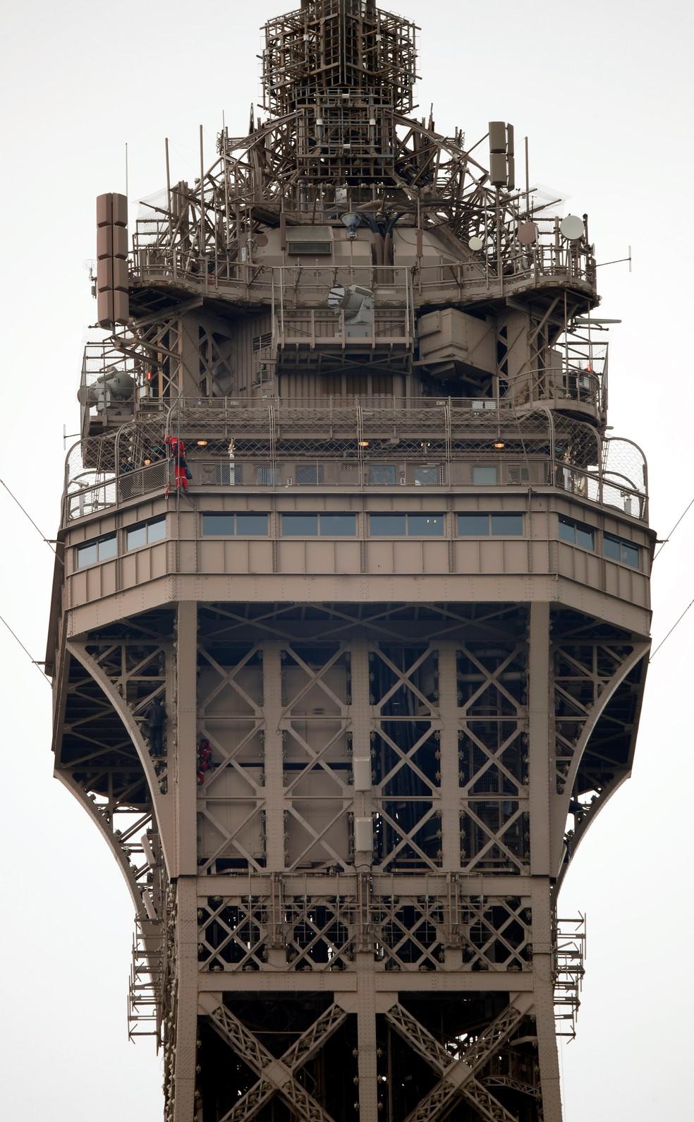 Homem foi visto escalando a Torre Eiffel — Foto: Reuters/Charles Platiau