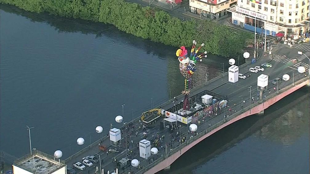 Galo gigante tem 28 metros de altura e pesa sete toneladas — Foto: Reprodução/TV Globo