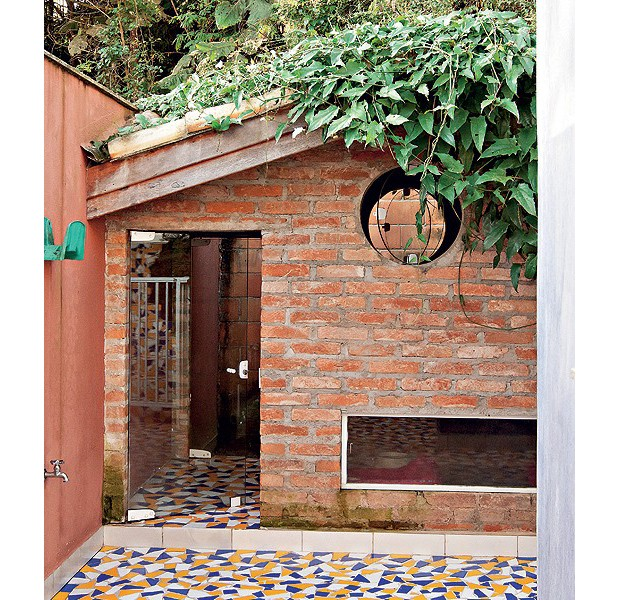 Projetado pelas arquitetas Elaine Delegredo e Luciana Corrêa, este canil é a réplica da casa dos donos: tem revestimento de tijolo de demolição e telhado com caídas. (Foto: Ilana Bar/Editora Globo)