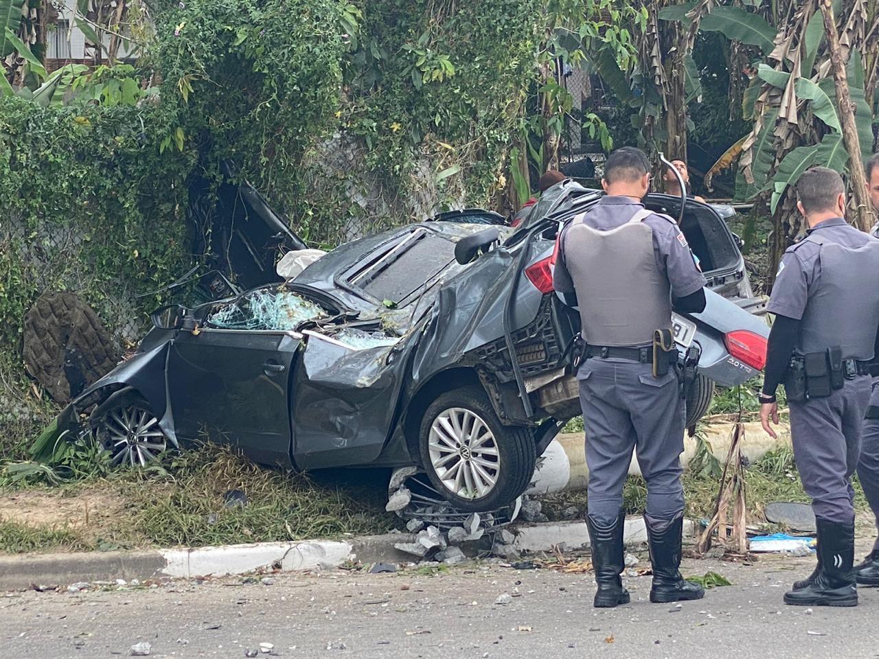 Criminosos roubam carro e atropelam pessoas durante fuga em Guarujá, SP