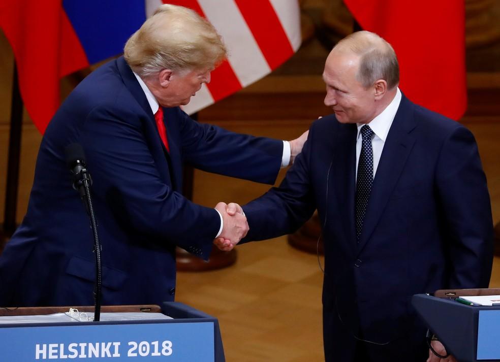 Donald Trump e Vladimir Putin se cumprimentam nesta segunda-feira (16) em coletiva de imprensa após reunião em Helsinque, na Finlândia (Foto: Leonhard Foeger/Reuters)