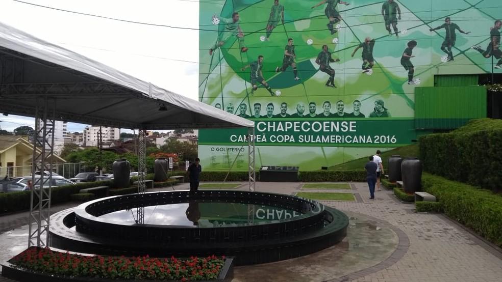Estrutura para visitação e homenagens na Arena Condá — Foto: Cleiton Cesar/NSC TV
