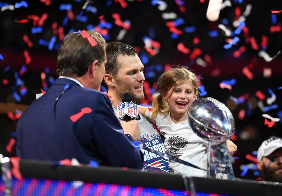 O quarterback Tom Brady, marido da modelo Gisele Bundchen, comemora título do Super Bowl ao lado da filha — Foto: Christopher Hanewinckel-USA TODAY Sports