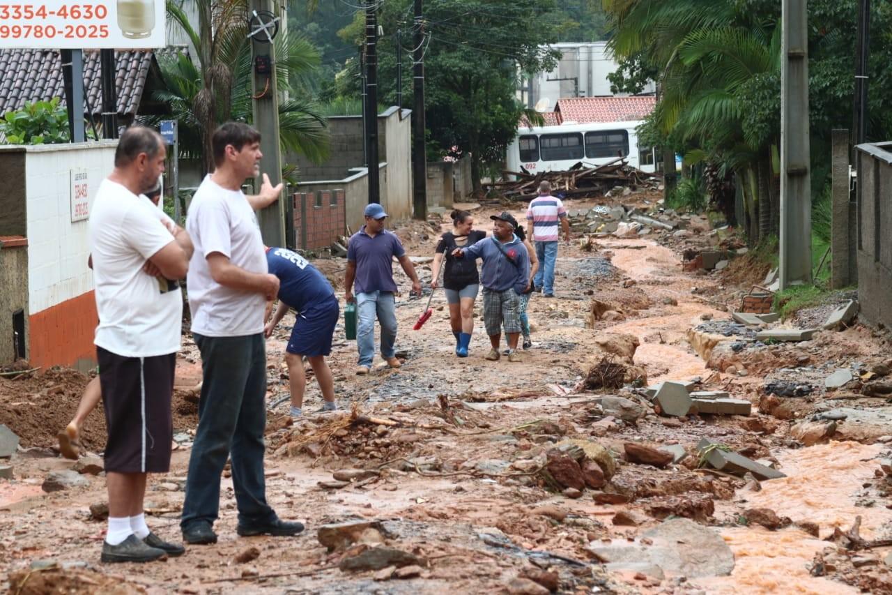 Chuva em SC: Residências são atingidas e moradores ficam isolados após deslizamentos