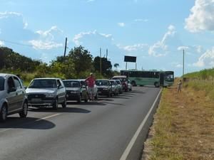 Motorista de ônibus faz retorno durante protesto contra pedágio em Araraquara, SP (Foto: Felipe Turioni/G1)