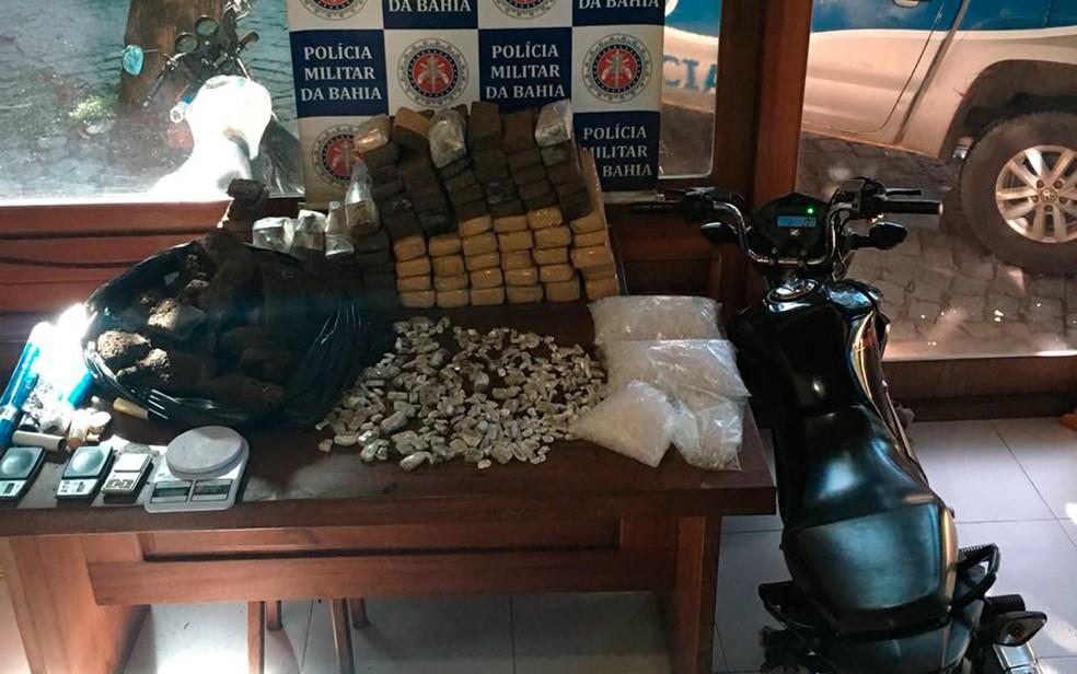 Armas, munições e drogas foram apreendidas em Arraial D'Ajuda (Foto: Divulgação/Polícia Militar)