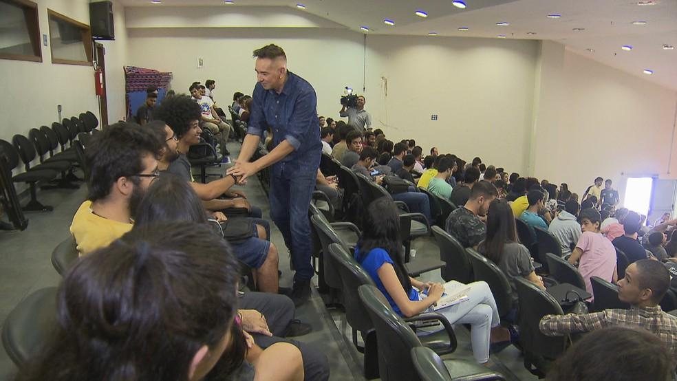 Professor titular da disciplina 'felicidade' cumprimenta alunos no primeiro dia de aula (Foto: TV Globo/Reprodução)
