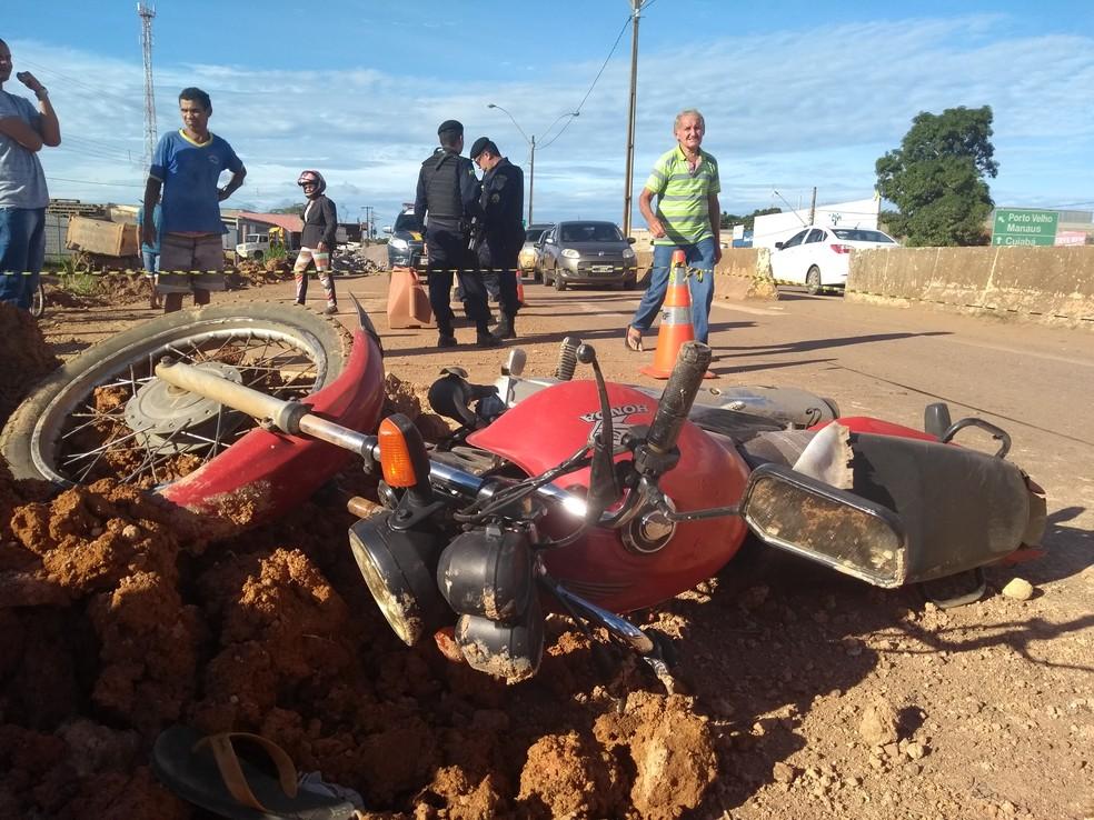 Moto atropelada pelos suspeitos; ocupantes ficaram em estado grave (Foto: Toni Francis/G1)