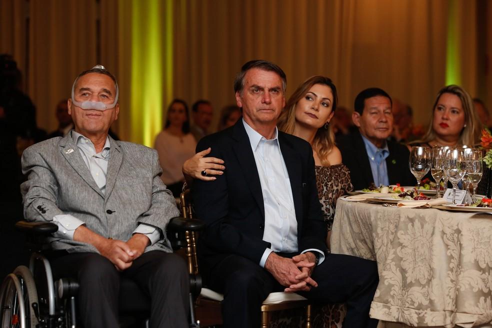 O presidente Jair Bolsonaro e a primeira-dama, Michelle, ao lado do agora ex-comandante do Exército, general Villas Boas, no jantar no Clube do Exército — Foto: Isac Nóbrega/PR