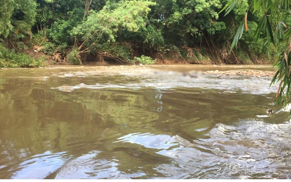Corpo sem cabeça é encontrado boiando em córrego de Goiânia, Goiás — Foto: Clayson dos Santos Souza/ TV Anhanguera