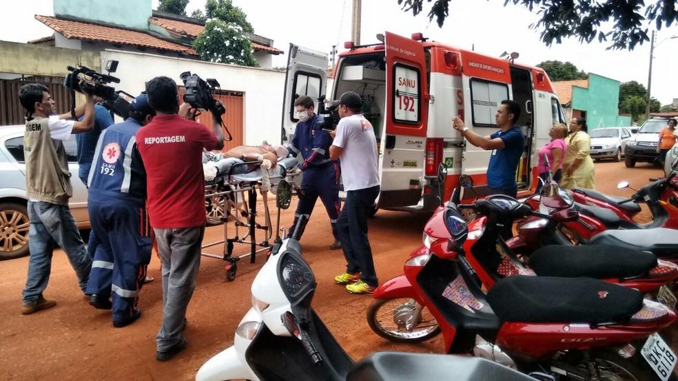 Homem baelado é atendido pelo Samu — Foto: Divulgação/Fofa News