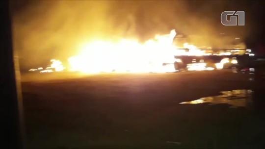 Sete ônibus escolares, carro do IML e ambulância pegam fogo em pátio de secretaria de Aragarças