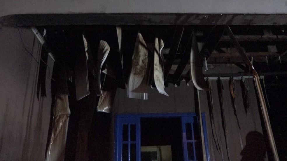 Mesmo com a ajuda de vizinhos para apagar o fogo, as chamas atingiram o forro e a parte elétrica da casa — Foto: Amaral Seixas/Alertanotícias/Arquivo Pessoal