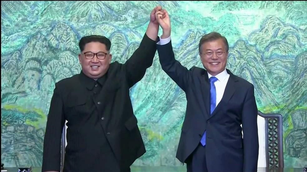 Líder norte-coreano e presidente sul-coreano fazem gesto conjunto após declaração (Foto: Reuters/Reprodução)