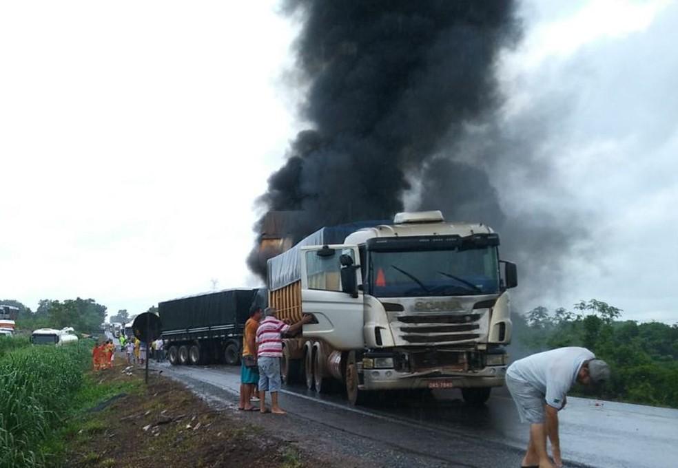 Engavetamento envolvendo 6 veículos de carga causou interdição de trecho da rodovia (Foto: Russo Odelar/Horanews MT )