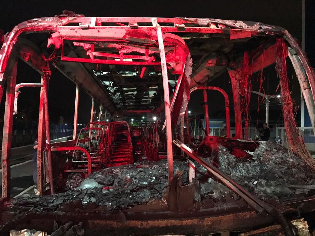 Ônibus ficou completamente destruído (Foto: Fabiano Correia/NSC TV)