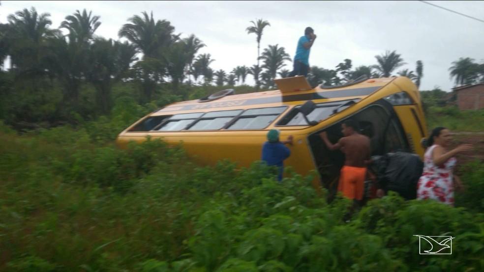 Populares ajudaram na remoção dos feridos no acidente. (Foto: Reprodução/TV Mirante)