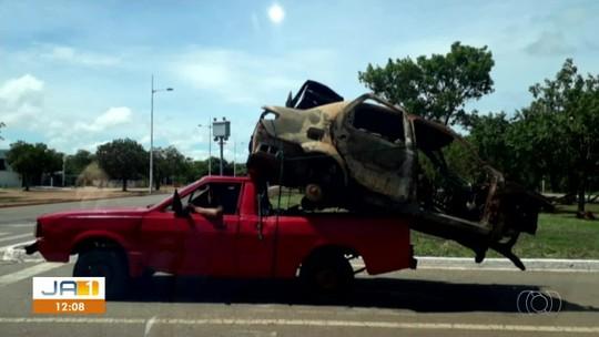 Motorista é flagrado transportando carcaça de carro na carroceria de picape