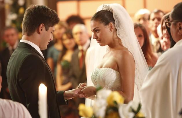 A periguete Suelen (Ísis Valverde) se casou com Rony (Daniel Rocha), na sede do Divino, em 'Avenida Brasil' (Foto: TV GLOBO / Fabrício Mota)