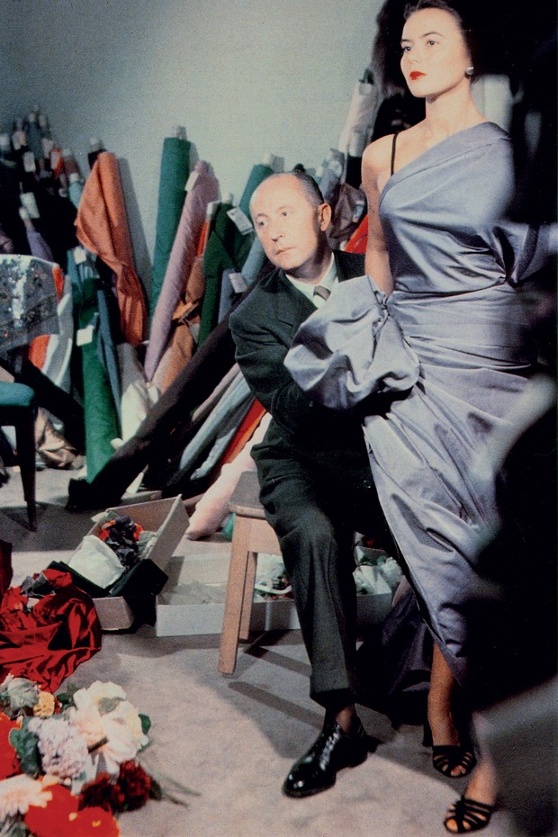 Christian Dior with model Sylvie, circa 1948 (Foto: Reprodução/ COURTESY OF CHRISTIAN DIOR)