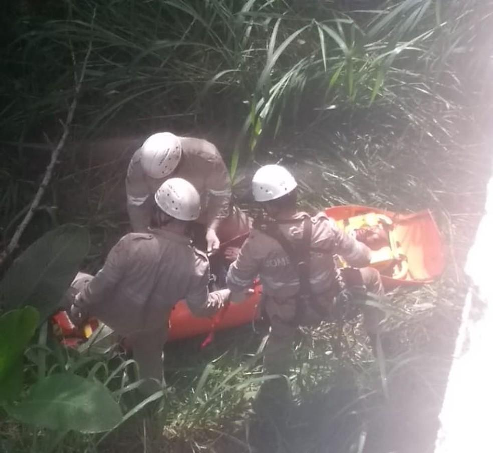Socorro de vítima que caiu com carro na bR-262, em Venda Nova — Foto: Divulgação