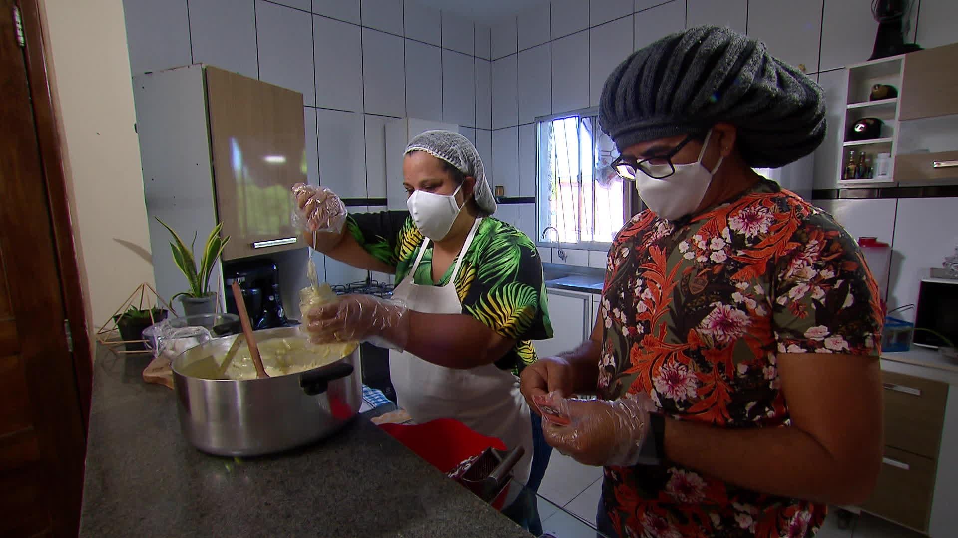 Professor e mestre capoeirista investe na venda de cocadas para garantir renda na pandemia da Covid-19