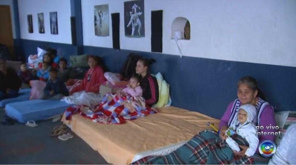 Famílias desabrigadas por conta do temporal estão abrigadas em Ginásio (Foto: Reprodução / TV TEM)
