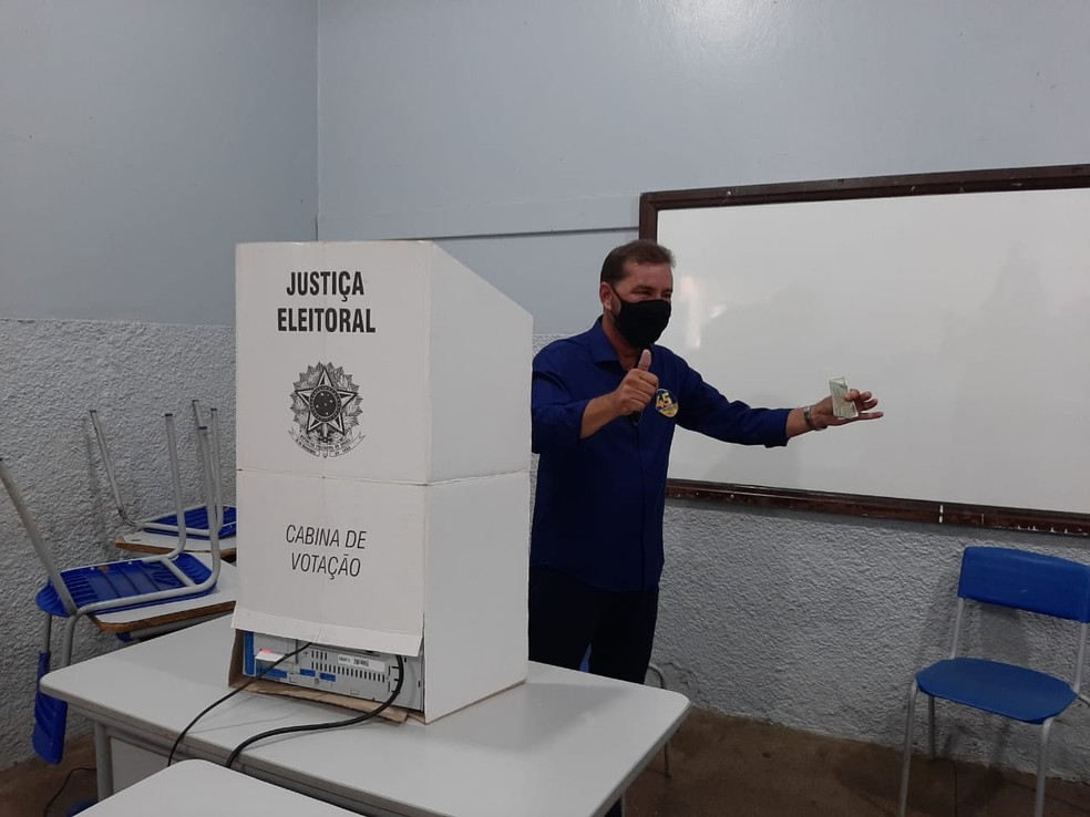 Eleição 2020: Candidato Hildon Chaves vota na escola Carmela Dutra — Foto: Iule Vargas/Reprodução