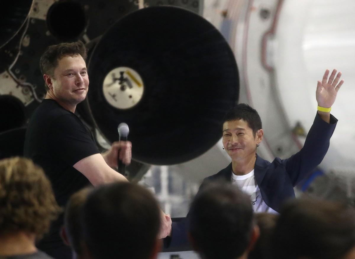 Elon Musk e Yusaku Maezawa no anúncio da viagem  (Foto: Getty Images)