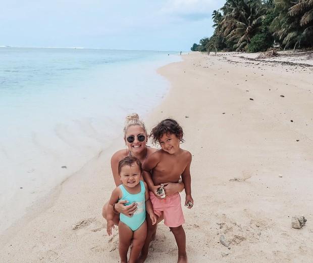 Bec Crombie posa ao lado dos filhos (Foto: Reprodução/Instagram)